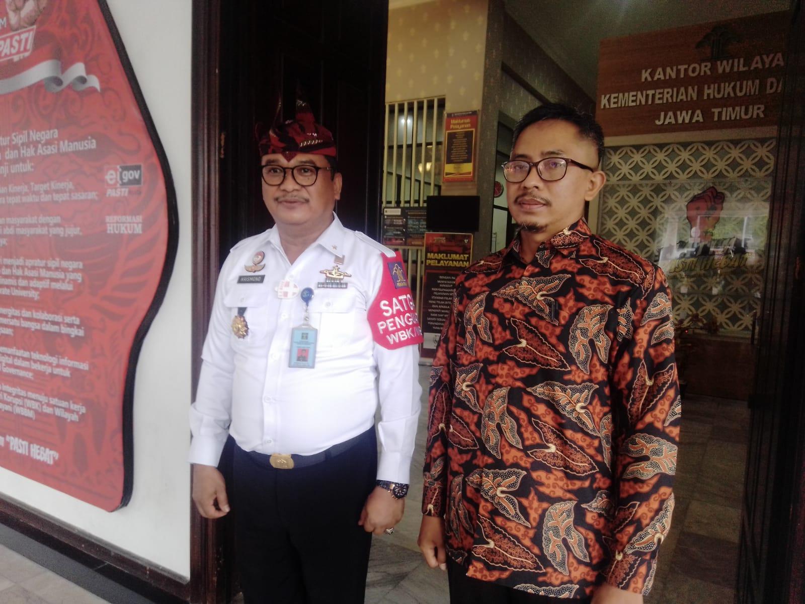 Kepala Ombudsman Jatim, Agus Muttaqim, ditemui Tugu Jatim di depan kantor Kemenkumham Jatim, Jalan Kayoon 50-52 Surabaya, Kamis (04/02/2021). (Foto: Rangga Aji/Tugu Jatim)