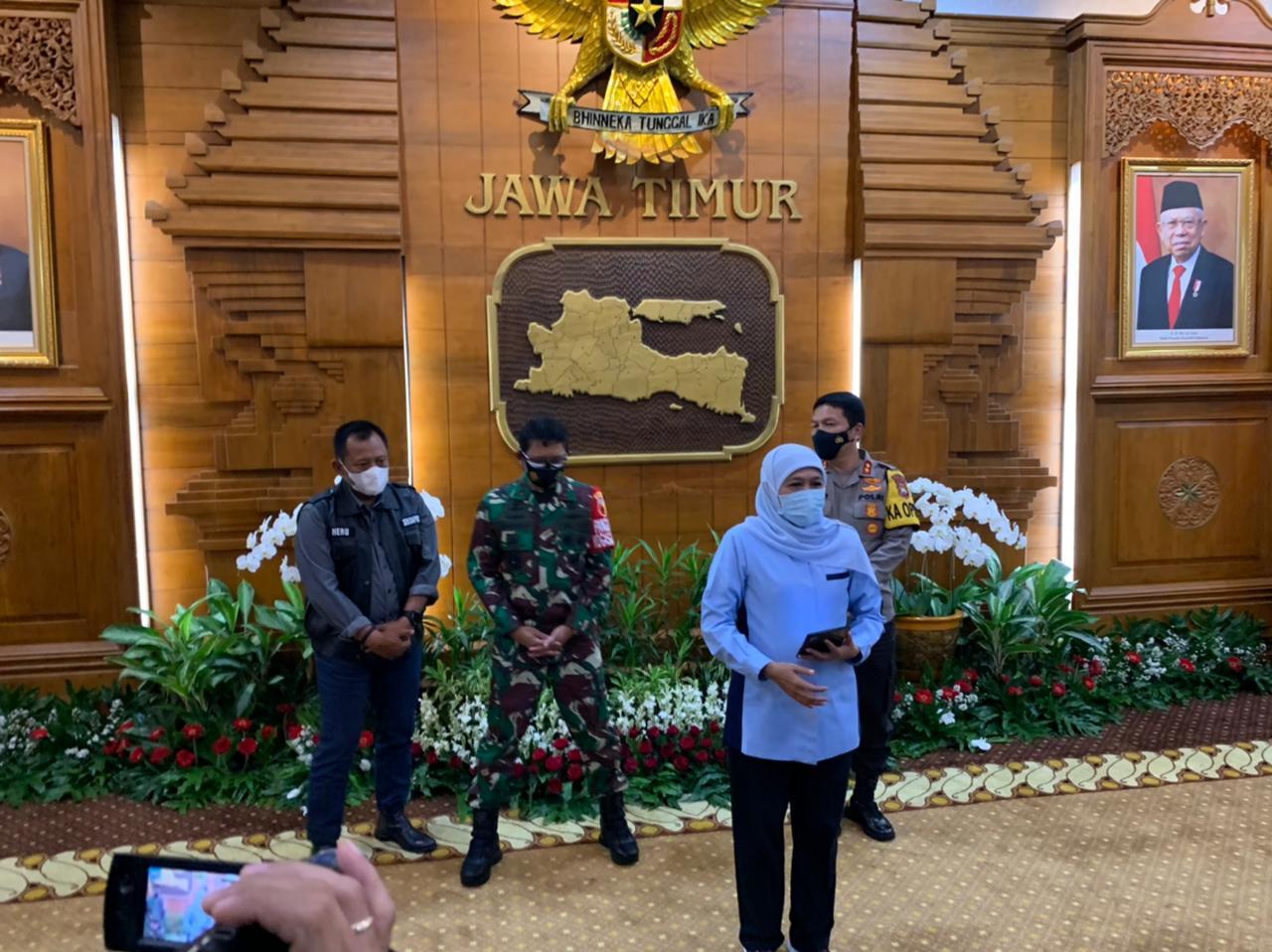 Gubernur Jawa Timur, Khofifah Indar Parawansa diwawancara oleh wartawan di Gedung Negara Grahadi Surabaya, Senin (08/02/2021) malam. (Sumber Foto: Rangga Aji/Tugu Jatim) ppkm mikro jatim