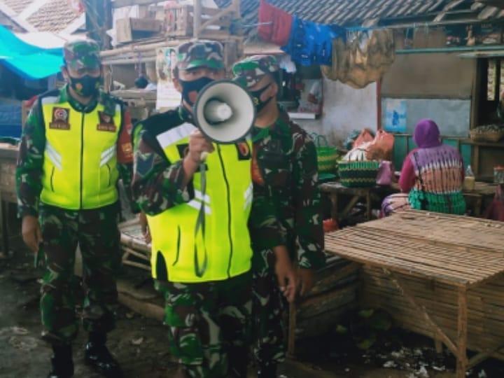 Babinsa di jajaran Kodim 0819 Pasuran menggunakan pengeras suara untuk imbau protokol kesehatan pada warga. (Foto: Dokumen/Kodim Pasuruan)