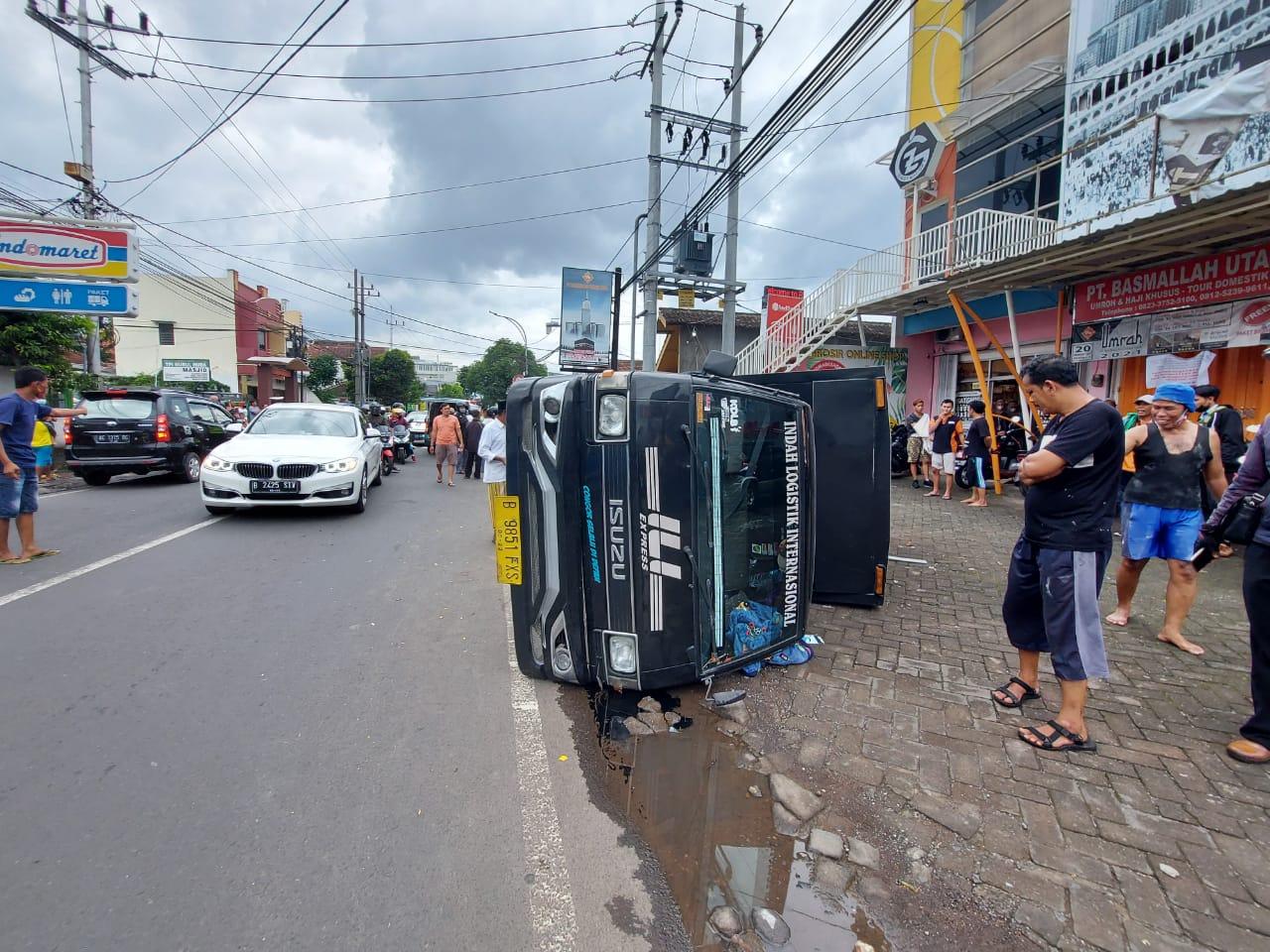 Kecelakaan lalu lintas di Malang yang mengakibatkan 1 mobil boks terguling. Beruntung tidak ada korban jiwa dalam kejadian ini. (Foto: Dokumen/Tugu Malang) tugu jatim