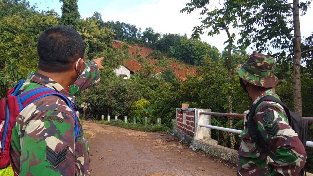 Bencana tanah longsor di Nganjuk mengakibatkan 23 orang hilang di mana 2 di antaranya meninggal dunia. (Foto: NOE/Tugu Jatim)