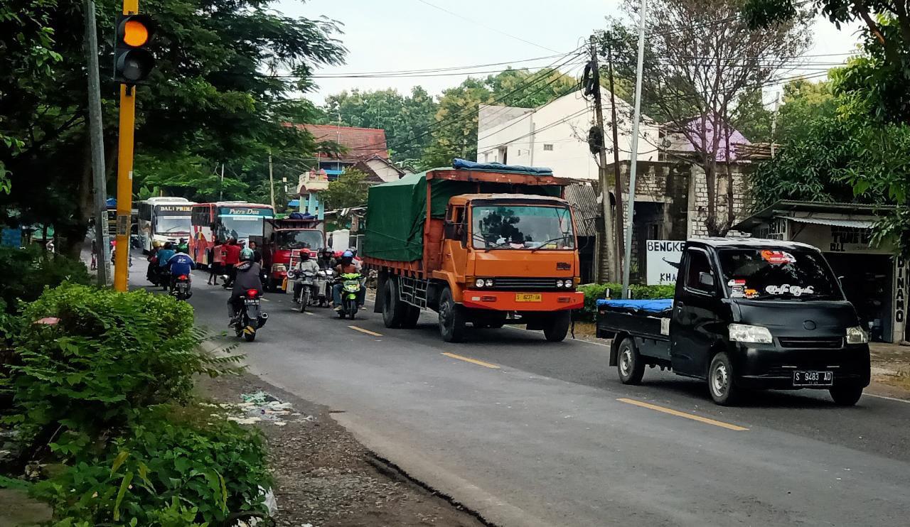 Kecelakaan di Bojonegoro sebabkan kemacetan berjam-jam mulai pagi. (Foto: Mila Arinda/Tugu Jatim)