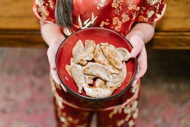 Ilustrasi makanan khas tahun baru Imlek yang dipercaya bawa banyak keberuntungan. (Foto: Pexels) tugu jatim
