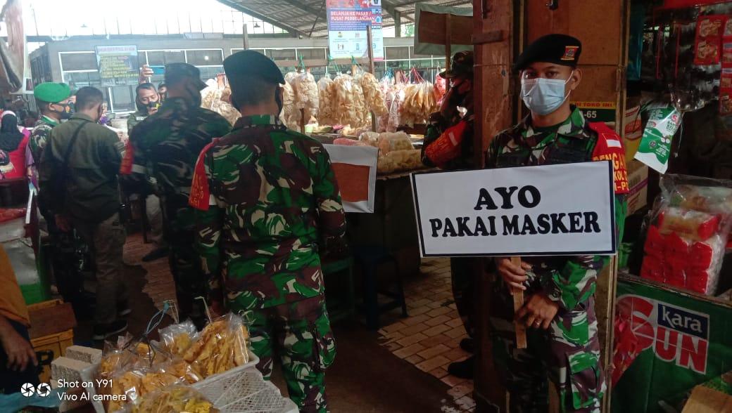 Dandim 0819/Pasuruan Letkol Arh H Burhan Fajari Arfian bersama rombongan sedang meninjau lokasi Pasar Kebonagung, Kota Pasuruan untuk penegakan protokol kesehatan. (Foto: Dokumen)