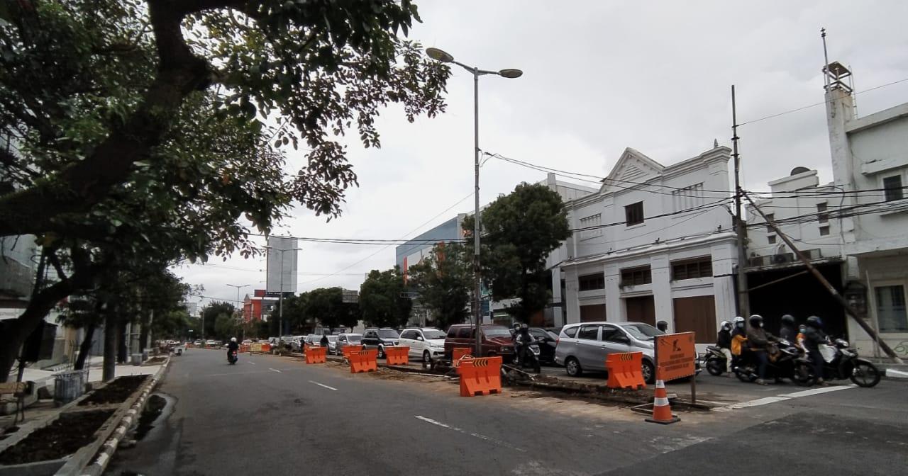 Median jalan di kawasan Kayutangan Heritage, Jalan Basuki Rahmat Kota Malang yang dibongkar untuk dijadikan satu arah. (Foto: Azmy/Tugu Malang/Tugu Jatim)