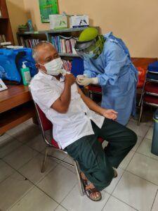 Ketua DPRD Kabupaten Tuban HM Miyadi ketika melaksanakan vaksinasi dosis kedua, Rabu (10/2/2021) kemarin. (Foto: Dokumen/Humas Pemkab Tuban)