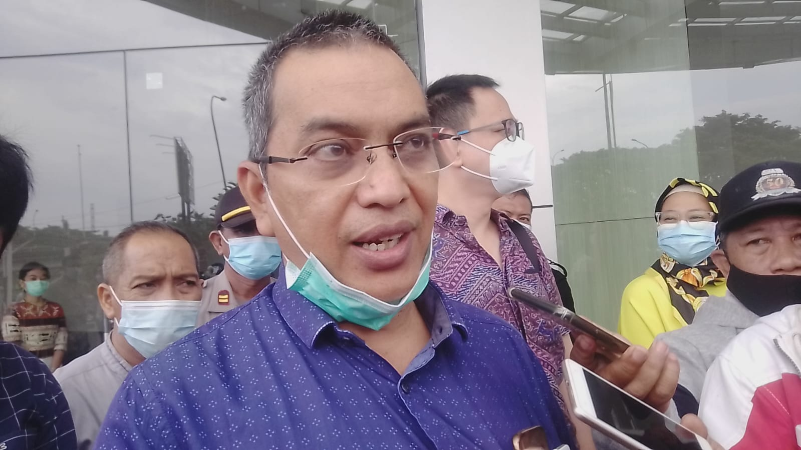 Muhammad Machmud, Anggota Komisi A DPRD Kota Surabaya, diwawancara pewarta di depan City of Tomorrow (Cito) Mall Surabaya dalam agenda Inspeksi Mendadak (Sidak) di Rumah Sakit (RS) Siloam di area Cito Mall Surabaya, Rabu (17/02/2021). (Foto: Rangga Aji/Tugu Jatim)