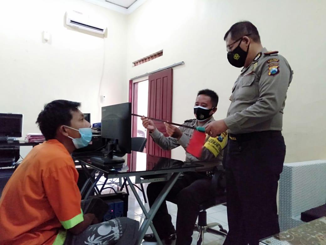 Pelaku yang mengancam tetangganya dengan mengayunkan pedang dibawa ke kantor polisi untuk dimintai keterangan. (Foto: Rap/Tugu Malang/Tugu Jatim)