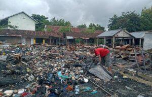 Pasca-Kebakaran Pasar Kepohbaru Bojonegoro, Warga Mulai Lakukan Pembersihan Pasar