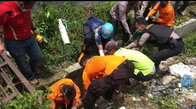 Proses evakuasi pasien Covid-19 yang mencoba melarikan diri dan masuk ke saluran air di RSUD Dr.R.Sosodoro Djatikoesoemo Bojonegoro. (Foto: Mila Arinda/Tugu Jatim)