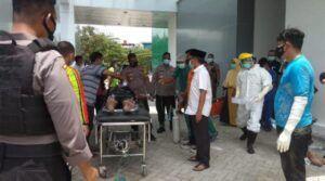 Pasien pasien Covid-19 di RSUD Dr.R.Sosodoro Djatikoesoemo Bojonegoro berhasil dievakuasi petugas. (Foto: Mila Arinda/Tugu Jatim)
