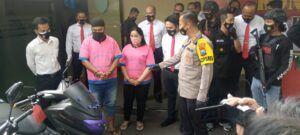 Kapolres Tuban, AKBP Ruruh Wicaksono bersama kedua pelaku yang merupakan pasutri. (Foto: Dokumen) tugu jatim
