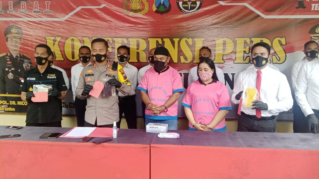 Kapolres Tuban, AKBP Ruruh Wicaksono beberta jajarannya merilis kasus pencurian kendaraan bermotor yang melibatkan pasutri yang merupakan residivis. (Foto: Dokumen/Polres Tuban) tugu jatim