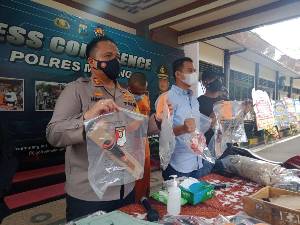 Kapolres Malang, AKBP Hendri Umar saat sesi konferensi pers kasus pembunuhan juragan ATK oleh mantan karyawan, Jumat (18/2/2021). (Foto: RAP/Tugu Malang/Tugu Jatim)