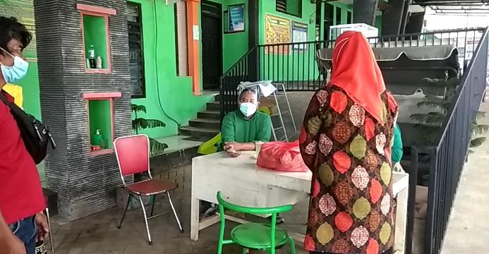 Petugas Puskesmas Ngetos, Nganjuk menerima makanan dari masyarakat pada Jumat (19/2/2021) pagi. (Foto: Noe/Tugu Jatim)