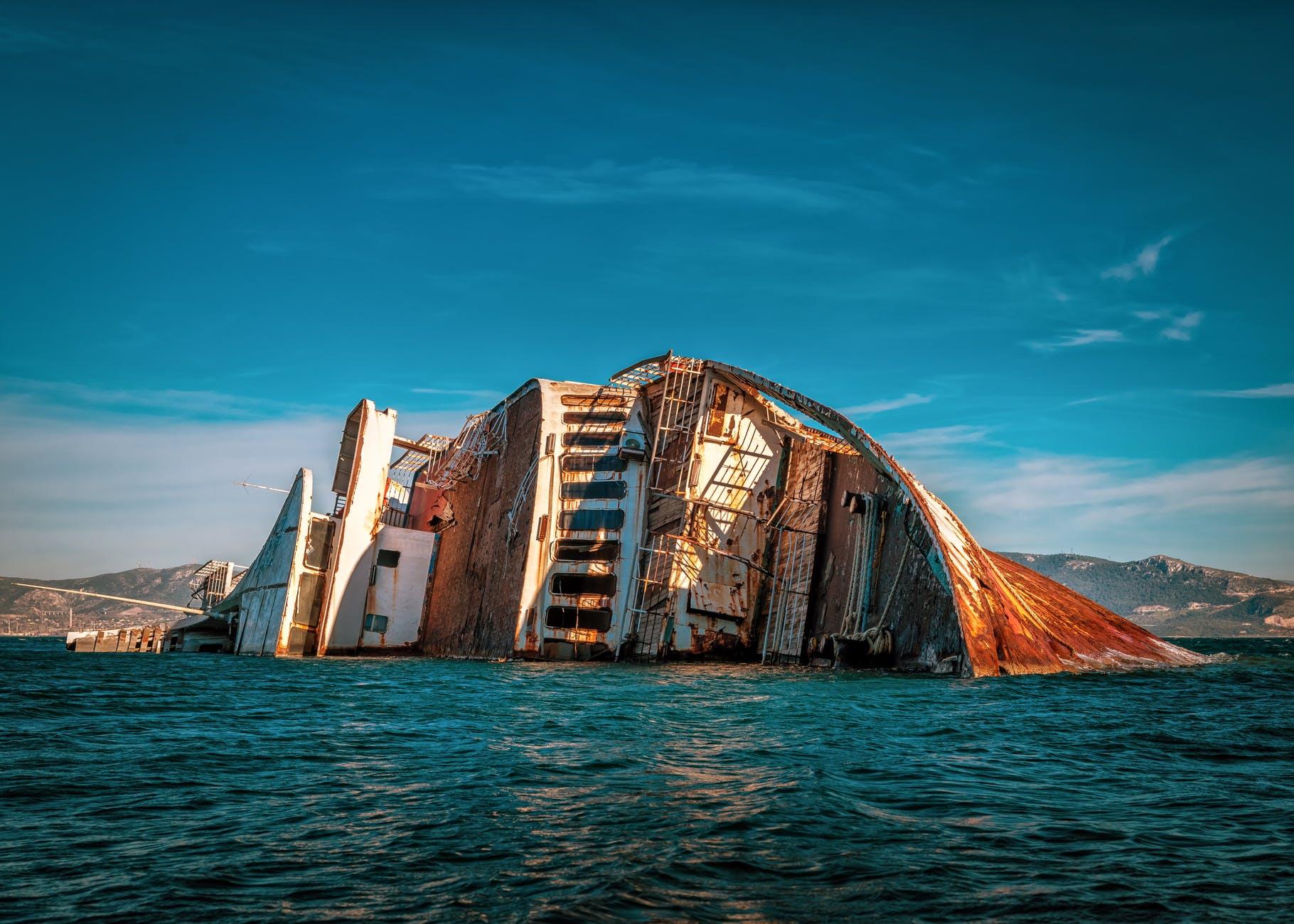 Ilustrasi kapal yang diterjang ombak. (Foto:Pexels/Tugu Jatim)