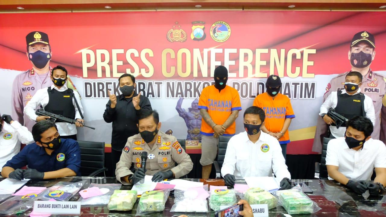 Kombes Pol Gatot Repli Handoko, Kepala Humas Polda Jatim sedang memaparkan kasus peredaran narkoba, Kamis (17/02/2021). (Foto: Rangga Aji/Tugu Jatim)