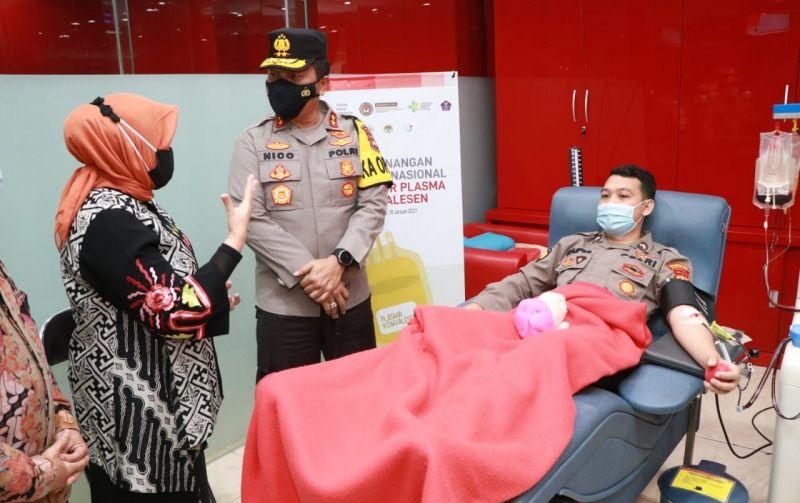 Anggota Polda Jatim sedang melakukan screening donor plasma konvalesen di Palang Merah Indonesia (PMI) Kota Surabaya. (Foto: Kominfo Jatim) tugu jatim