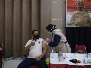 Jajaran Polda Jatim sedang menjalankan vaksinasi untuk 40.282 personel, Rabu (24/02/2021). (Foto: Rangga Aji/Tugu Jatim)