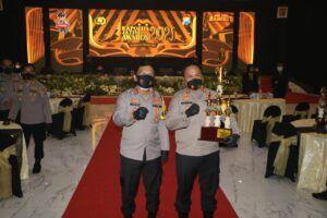 Kapolda Jatim, Irjen Pol Nico Afinta bersama Polres Malang, AKBP Hendri Umar. (Foto: Humas Polres Malang) tugu jatim kapolda jatim award 2021
