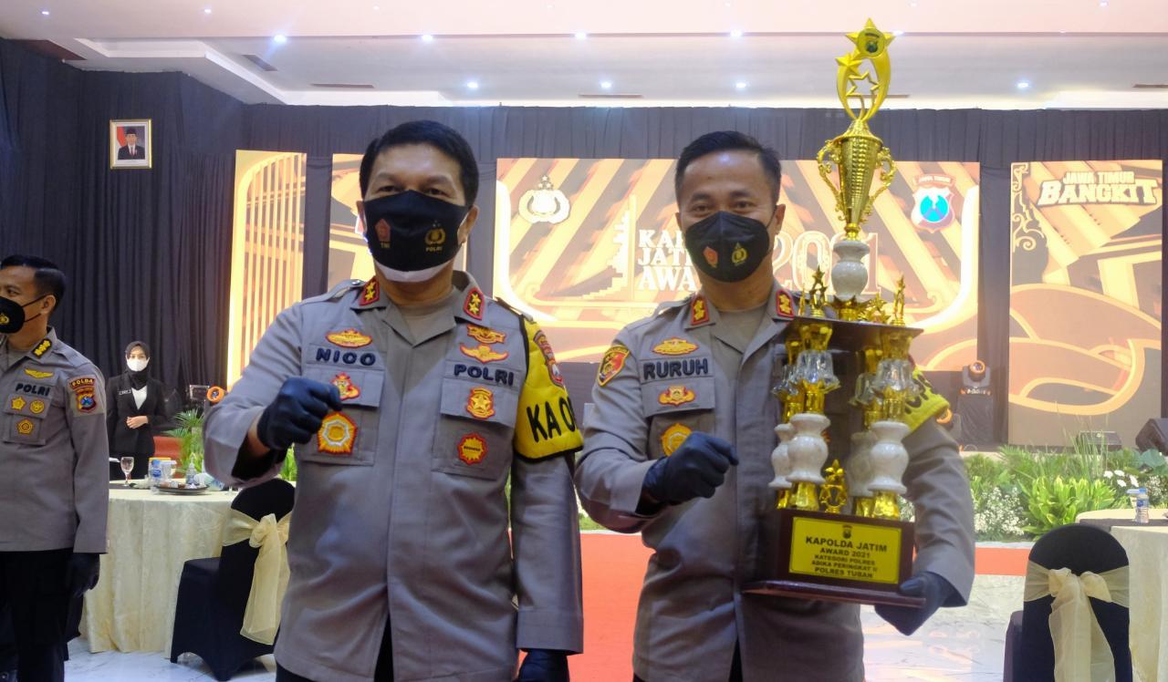 Kapolres Tuban AKBP Ruruh Wicaksono menerima penghargaan dari Kapolda Jatim Irjen Pol Nico Afinta. (Foto: Humas Polres Tuban) tugu jatim