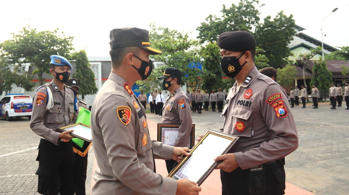 Anggota Polres Tuban saat menerima penghargaan dari Kapolres Tuban, AKBP Ruruh Wicaksono. (Foto: Dokumen/Humas Polres Tuban)