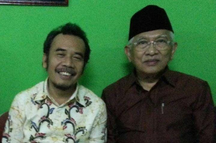 Supriyanto GS (baju batik putih) bersama KH Ahmad Mustofa Bisri (baju merah). (Foto: Instagram resmi KH Ahmad Mustofa Bisri @s.kakung) tugu jatim