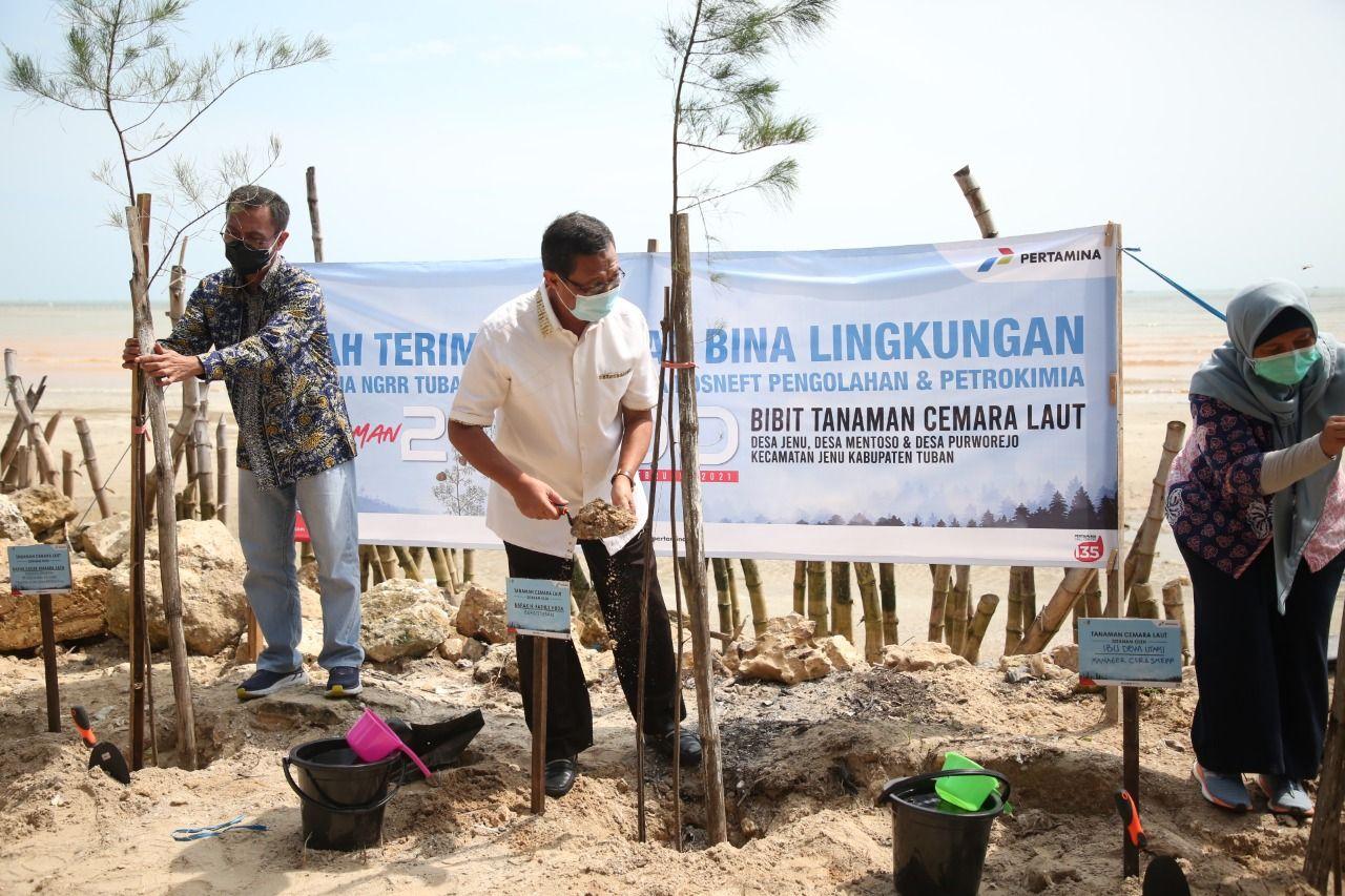 Bupati Tuban, Fathul Huda dan beberapa pejabat lainnya ketika menanam cemara laut. (Foto: Humas Pemkab Tuban)