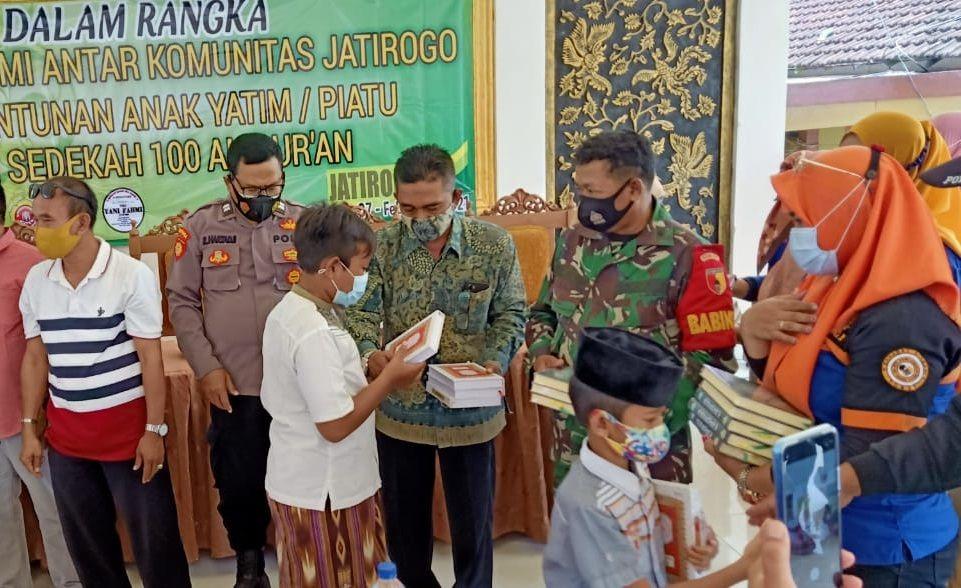 Forkopimka Kecamatan Jatirogo, Kabupaten Tuban menyerahkan santunan dan Al-Qur'an ke anak yatim piatu. (Foto: Dokumen/Komunitas Sahabat Berbagi)