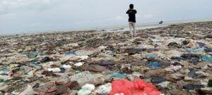 Miris, Tumpukan Sampah Popok dan Plastik jadi Pemandangan di Pantai Tuban