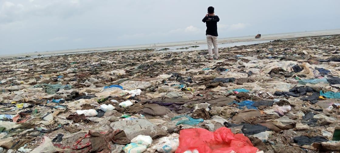 Sampah popok bayi dan plastik di pantai Tuban. (Foto: Mochamad Abdurrochim/Tugu Jatim) ecoton