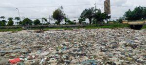 Ratusan bahkan ribuan sampah plastik dan juga popok berserakan di Pantai Sugihwaras, Kabupaten Tuban. (Foto: Moch Abdurrochim/Tugu Jatim)