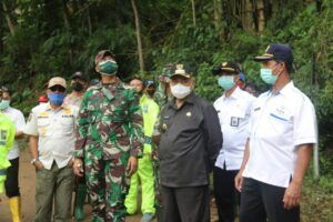 Bupati Malang, M Sanusi saat tinjau tanah longsor di kawasan Ngantang dan Pujon, Kabupaten Malang, Rabu (3/2/2021). (Foto: Dokumen/Tugu Malang/Tugu Jatim)