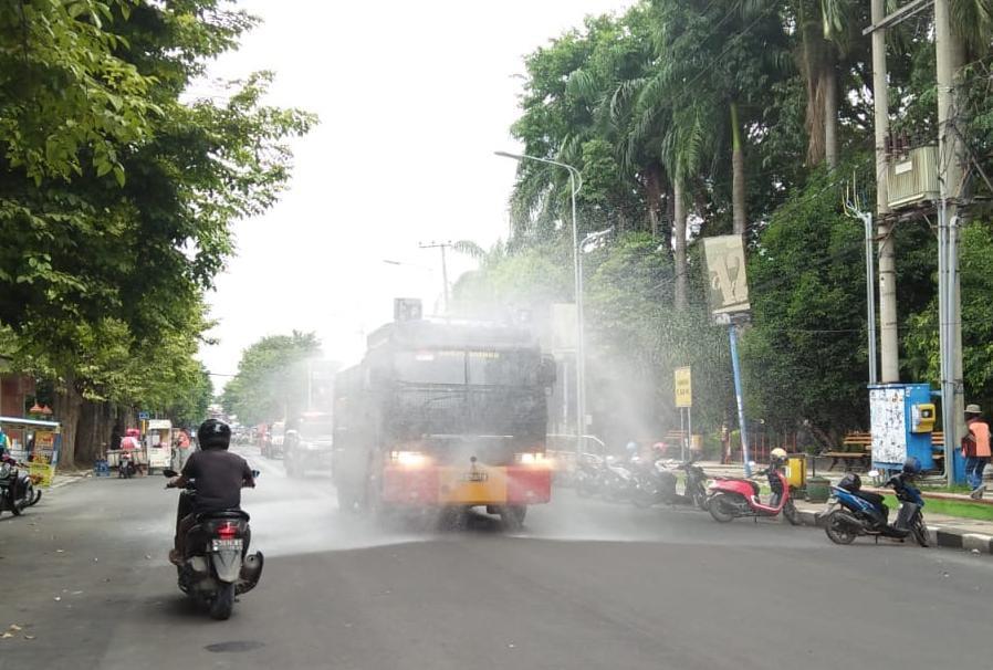 BPBD dibantu Damkar, Polri, Satpol PP, Brimob dan TNI melakukan penyemprotan disinfektan di beberapa tempat di Bojonegoro. (Foto: Mila Arinda/Tugu Jatim)
