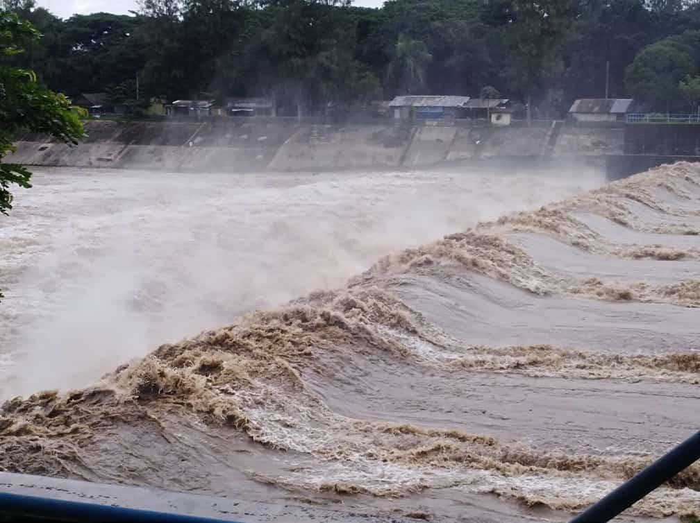 Aliran Sungai Konto , Kediri yang begitu deras dan akhirnya menyeret sopir truk yang hendak menyeberang dengan motor. (Foto: Rino Hayyu/Tugu Jatim)