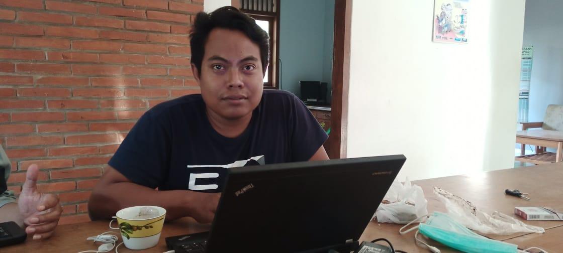 Staf peneliti FITRA Jatim, Habib Mustofa ketika ditemui Tugu Jatim. (Foto: Mochamad Abdurrochim/Tugu Jatim)