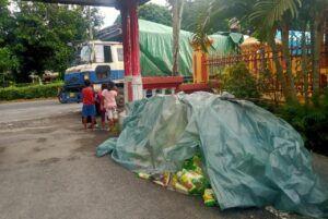 Muatan truk berupa mi diletakkan dipinggir Jalan Patung Sapi Desa Gunungsari Baureno Bojonegoro. (Foto: Mila Arinda/Tugu Jatim)