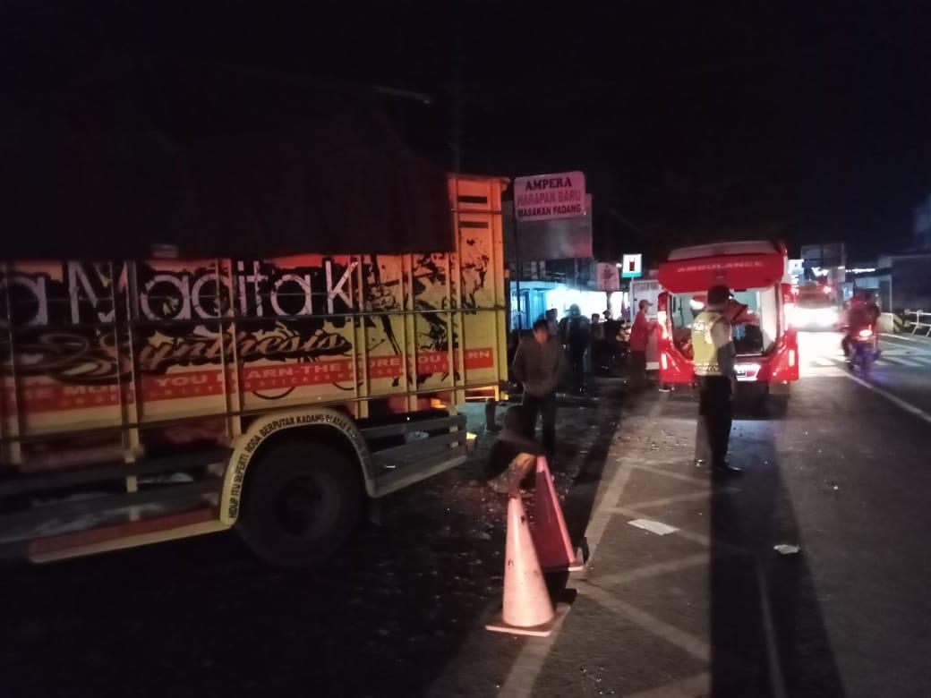 Sebuah truk dijaga oleh petugas kepolisian usai kecelakaan yang menewaskan satu keluarga di Bululawang, Kabupaten Malang, Senin (8/2/2021) dini hari tadi. (Foto: Dokumen/Polsek Bululawang)