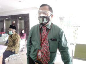 Dr Dodo Anondo selaku Direktur Rumah Sakit Islam (RSI) Ahmad Yani Surabaya tatkala diwawancara oleb pewarta Tugu Jatim, Selasa (23/02/2021) siang. (Foto: Rangga Aji/Tugu Jatim)