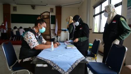 Nakes RSUD dr R Koesma menerima vaksin COVID-19. (Foto: Dokumen/RSUD dr R Koesma ) tugu jatim
