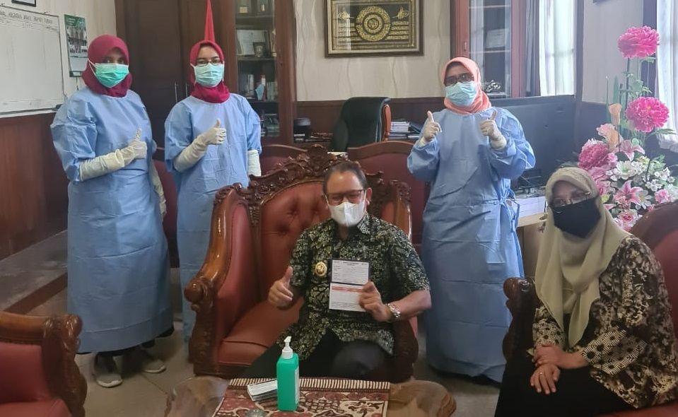 Wakil Bupati Tuban, Ir. H. Noor Nahar Hussein setelah menerima vaksin COVID-19. (Foto: Dokumen/Humas Pemkab Tuban) vaksinasi covid-19 tugu jatim