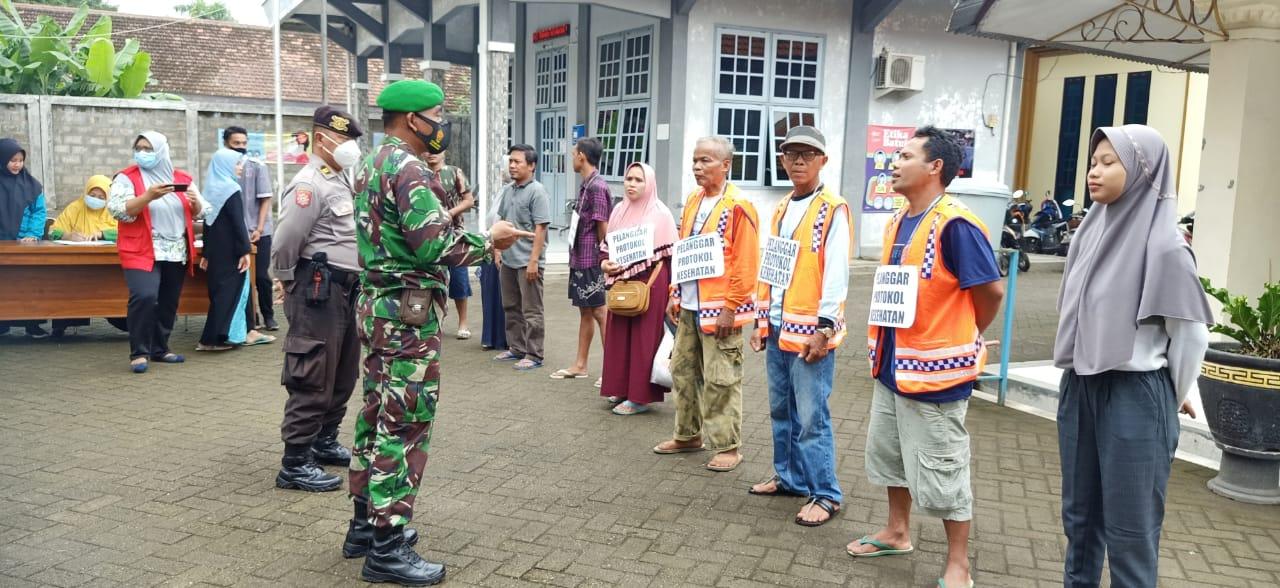 Sejumlah warga Winongan, Pasuruan masih banyak yang abai prokes dan disanksi membaca surat Al-Fatihah dan ucapkan Pancasila. (Foto: Dokumen) tugu jatim