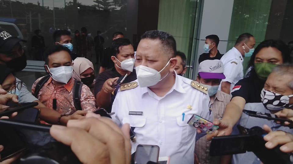 Pelaksana Tugas (Plt) Wali Kota Surabaya, Whisnu Sakti Buana diwawancara wartawan di depan City of Tomorrow (Cito) Mall Surabaya, terkait pengoperasian RS Siloam, Rabu (10/02/2021). (Foto: Rangga Aji/Tugu Jatim)