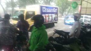 Sejumlah pengendara terhenti di Jalan Mawar akibat arus banjir yang terlalu deras pada Senin (22/3/2021). (Foto: Netizen/Tugu Jatim)