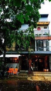 Suasana Kooka Caffee tampak dari luar. Tempat tongkrongan ini sangat strategis untuk beragam usia. (Foto: Ovi-Gufron/Tugu Jatim)