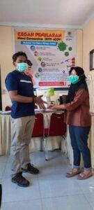 Founder CCF Baskoro saat membagikan masker. (Foto: Dok/Tugu Jatim)