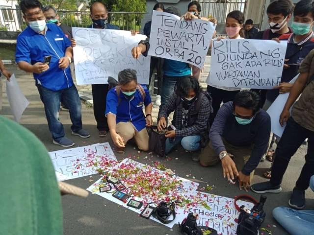 Aliansi Jurnalis Independen (AJI) Kediri menggelar aksi keprihatinan mengecam kekerasan yang dialami oleh jurnalis Tempo Surabaya Nurhadi di Surabaya.(Foto: Noe/Tugu Jatim)