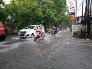 Banjir di Jalan Mawar. (Foto: Azmy/Tugu Jatim)