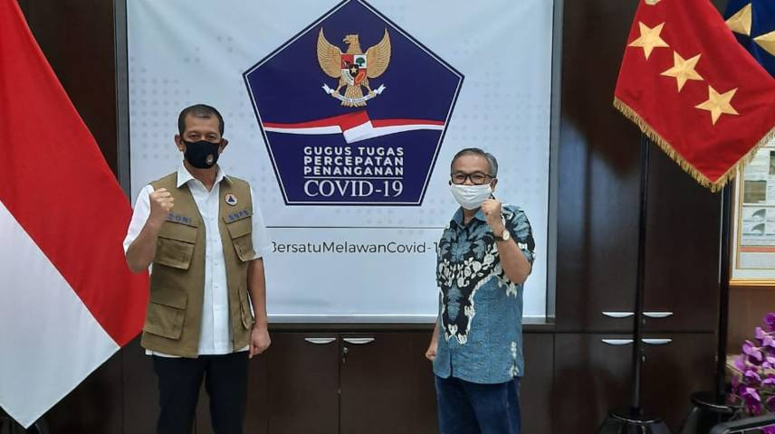 Pakar Komunikasi dan Motivator Nasional Dr Aqua Dwipayana bersama Kepala Badan Nasional Penanggulangan Bencana (BNPB) Letjen TNI Doni Monardo. (Foto: Dok/Tugu Jatim)