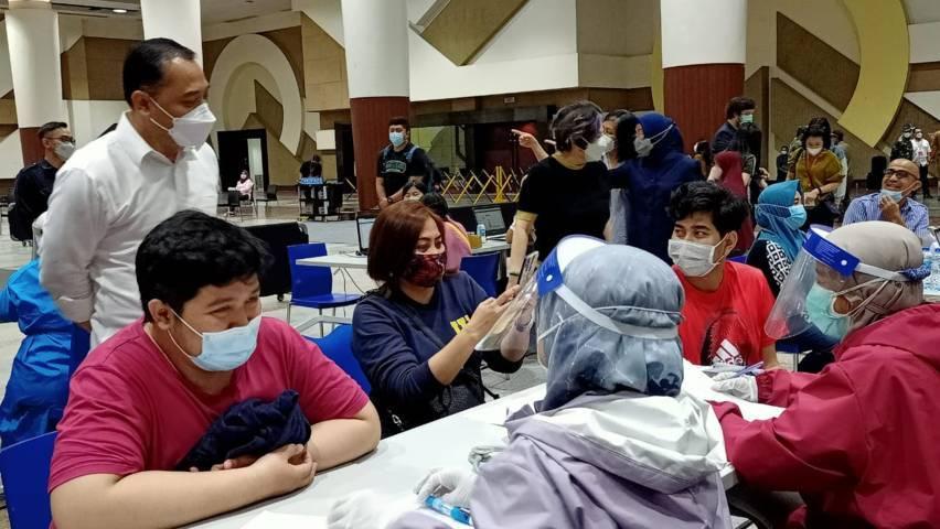 Wali Kota Surabaya Eri Cahyadi meninjau pelaksanaan vaksinasi Covid-19 di Tunjungan Plaza (TP) Mall Surabaya, Selasa (30/03/2021).(Foto: Rangga Aji/Tugu Jatim)